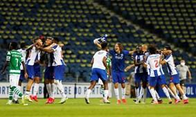 Sérgio Conceição celebra com os jogadores o 29.º título de campeão nacional do FC Porto