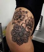 Jovem acorda com iniciais de sete homens tatuadas na perna após noite de festa