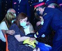 Companheira recebeu capacete do bombeiro durante a cerimónia marcada pela dor