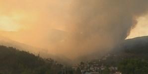 Incêndio combatido por 14 meios aéreos ameaça aldeia e parque natural na Covilhã