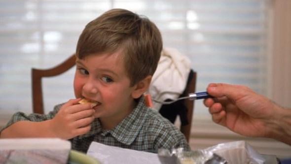 Crianças que deixam comida no prato e comem devagar têm melhor saúde cardiometabólica
