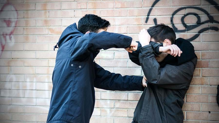 Rapaz de 15 anos foi atacado porque vivia num bairro rival do dos agressores