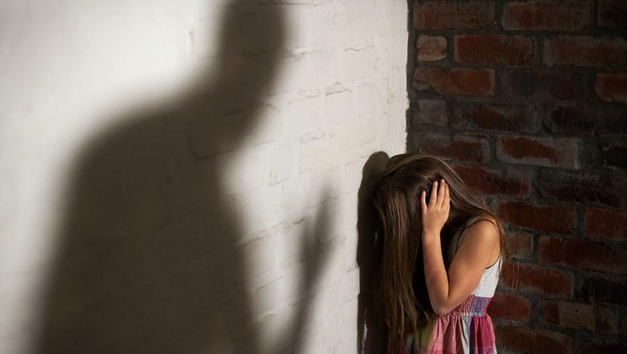 Menina foi alvo de abusos sexuais por parte do avô paterno, de 57 anos. Foi depois viver com a mãe e o padrasto, de 43, que a violou diversas vezes