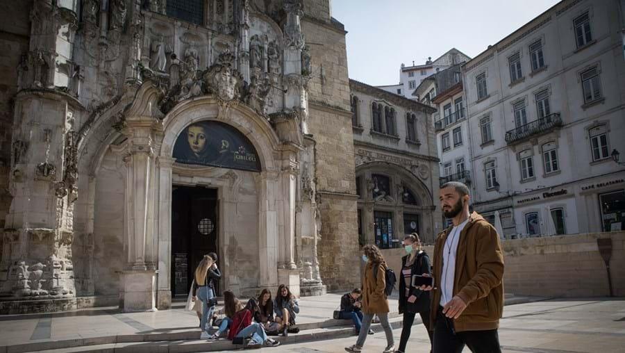 Um casal de enfermeiros consegue comprar em Coimbra (na foto) o mesmo tipo de casa, com as mesmas dimensões, que um casal de diplomatas compra em Lisboa