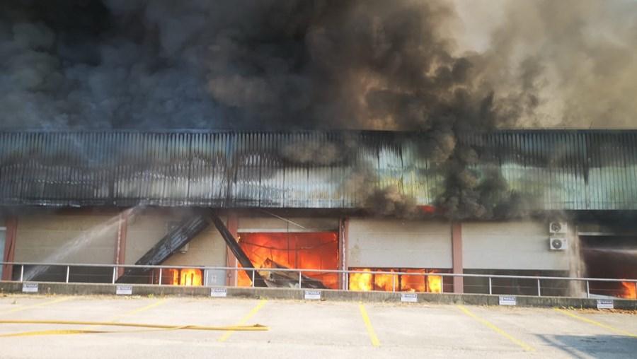 Fogo de grandes dimensões consome várias fábricas em Castelo de Paiva