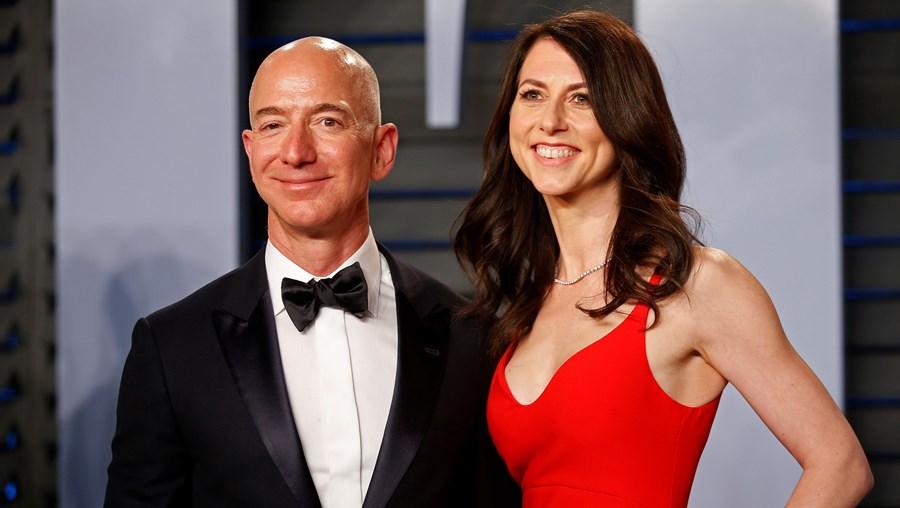 Jeff Bezos e a mulher, MacKenzie, estiveram juntos durante 25 anos e protagonizaram divórcio milionário