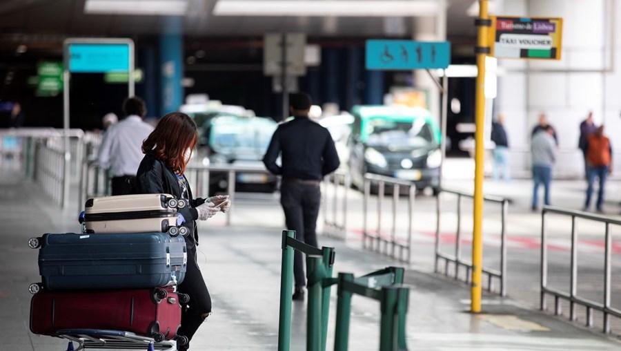 Passageiros estão a conseguir entrar em Portugal, através dos aeroportos, sem realizarem testes de rastreio à Covid-19. O controlo sanitário não está a ser feito