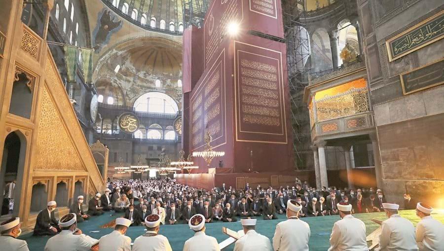Recep Erdogan leu trecho do Corão durante a oração que marca a passagem do museu Hagia Sophia a mesquita