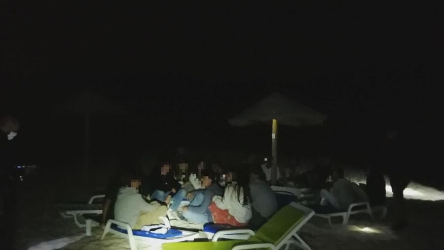 Grupo de jovens apanhado com álcool em praia de Tróia