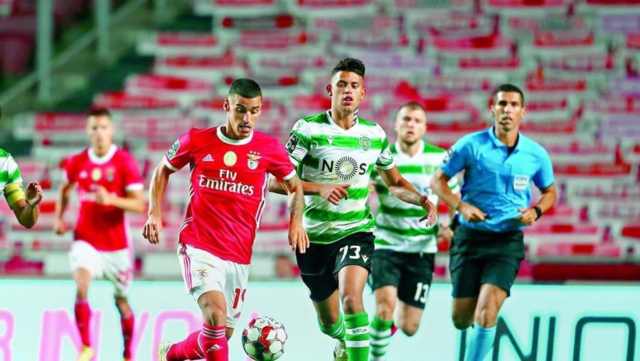 Chiquinho conduz a bola perante a oposição de Matheus Nunes