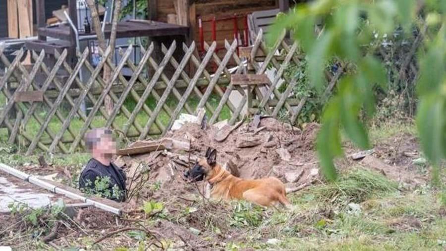 Polícia alemã com cão-pisteiro em Hannover