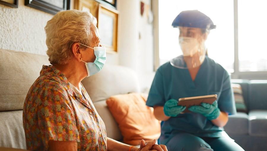 Profissionais preocupados com o cruzamento da gripe sazonal com a infeção pelo novo coronavírus nos idosos