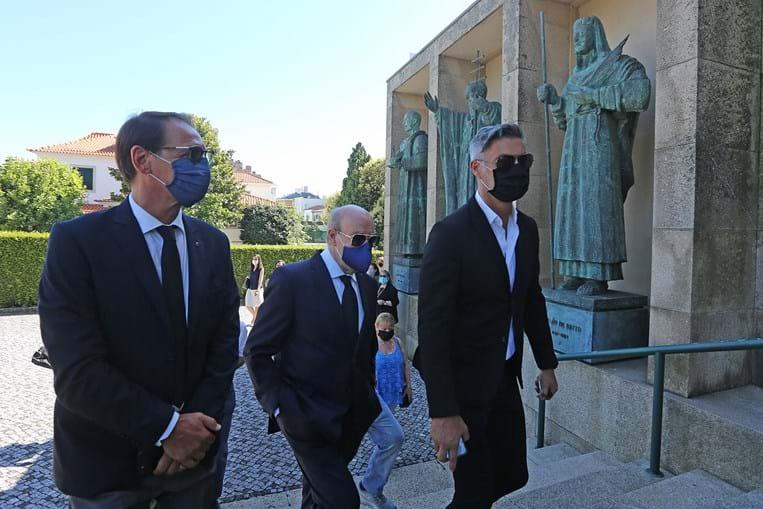 Pinto da Costa, acompanhado de Gomes e Vítor Baia, esteve esta segunda-feira no funeral de Seninho, antigo jogador do clube