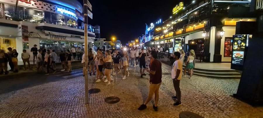 Centenas de pessoas inundam dois bares de Albufeira