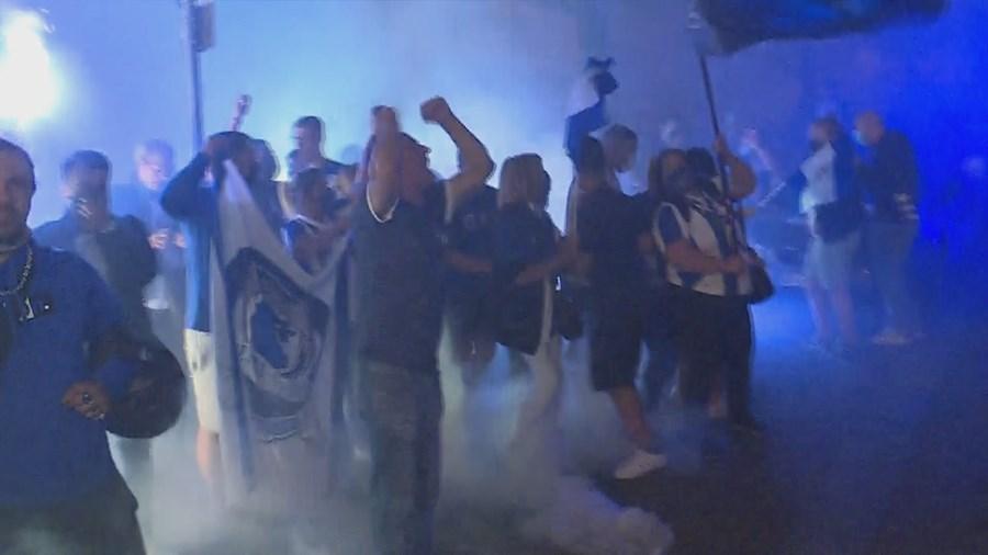Dezenas de adeptos recebem em euforia autocarro do FC Porto no Estádio do Dragão