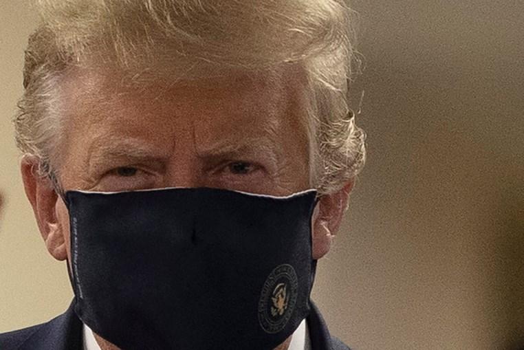 Trump aparece de máscara em público