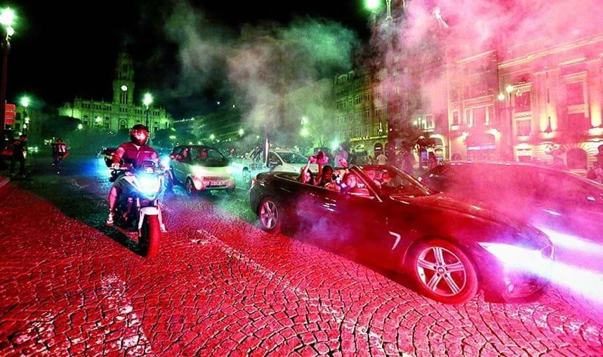 Além do habitual cortejo dos carros a buzinar, os festejos foram feitos com tochas
