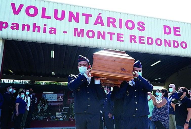 Colegas do operacional carregaram a urna, seguindo depois para o crematório de Leiria