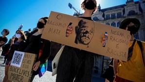 """""""Negar o racismo é racismo"""": Mais de 200 pessoas prestam homenagem ao ator Bruno Candé nos Aliados"""