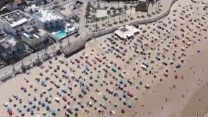 Esta praia é um exemplo de 'sucesso' no distanciamento físico entre banhistas. Veja as imagens