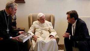 Papa emérito Bento XVI tem doença dolorosa