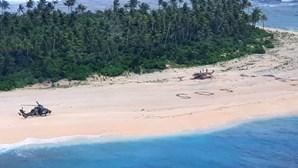 Três homens resgatados de ilha do Pacífico após escreverem 'SOS' na areia. Veja as imagens