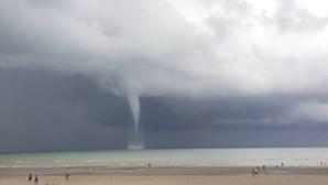 Impressionante tromba de água forma-se perto da costa na Bélgica. Veja as imagens