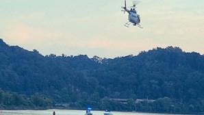 Vídeo mostra helicóptero a cair no rio Tennesse. Há um morto e três feridos
