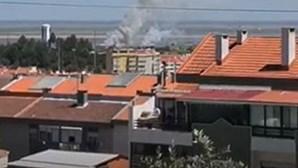 Bombeiros combatem incêndio em Alverca junto às instalações da Força Aérea