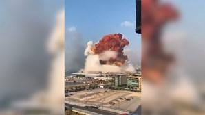 O momento das explosões que devastaram parte de Beirute