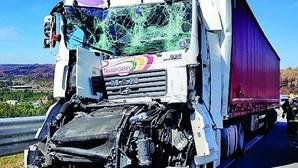 Violenta colisão entre camiões na A42 em Paredes faz dois feridos