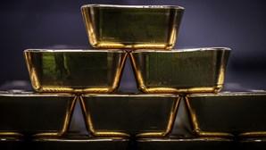Homem apanhado com sete barras de ouro no ânus