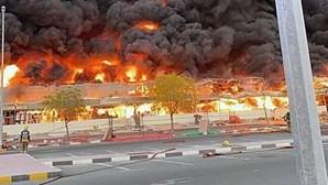 Violento incêndio consome mercado nos Emirados Árabes Unidos