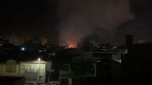 Incêndio consome edifício devoluto na Póvoa de Varzim