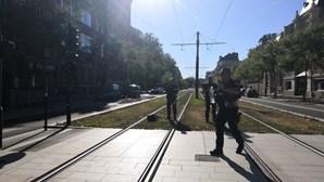 Homem armado faz vários reféns dentro de banco em França. Suspeito entregou-se à polícia