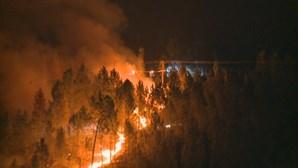 Chamas não perdem força no Fundão e ameaçam aldeia. Uma bombeira ficou ferida