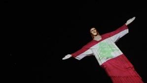 Cristo Redentor veste a bandeira do Líbano em homenagem às vítimas das explosões