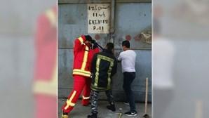 Foto mostra bombeiros a tentar entrar em armazém que explodiu momentos antes da tragédia