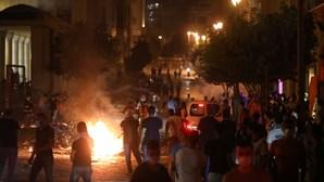 Libaneses saem à rua em Beirute em protesto contra o regime dois dias após explosões