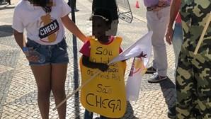 """""""Nojento"""" e """"desumano"""": fotografia de menina negra com cartaz em manifestação do Chega gera revolta"""