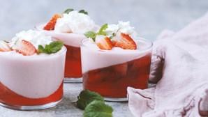 Sobremesa de morango com gelatina e mascarpone