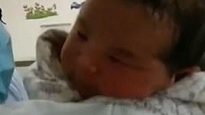 """Mãe abandona filho bebé com um dia de vida por """"não ter dinheiro para o criar"""""""