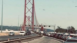 Choque em cadeia na Ponte 25 de Abril provoca longas filas no sentido Almada-Lisboa