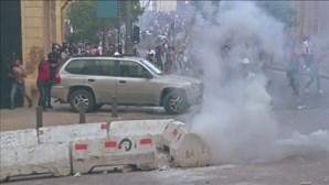 Polícia atinge com gás lacrimogéneo libaneses que protestam após explosões