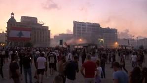 Polícia lança gás lacrimogéneo para travar protesto em Beirute. Há mais de 100 feridos