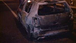Carro destruído pelas chamas à saída da Ponte 25 de Abril no sentido Almada-Lisboa. Veja as imagens