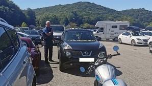 Polícias partem vidros de carro para resgatar cães em dia de calor tórrido