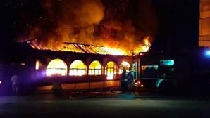 Incêndio destruiu sede da mais antiga escola de samba da Mealhada. Veja as imagens