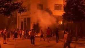 A ferro e fogo: Manifestantes atiram pedras contra polícia perto do parlamento em Beirute