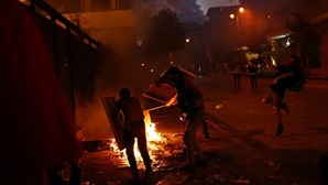 Caos, fogo e violência: Manifestantes atiram pedras contra polícia perto do parlamento em Beirute